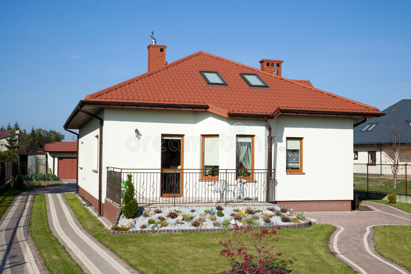 Het plattelandshuisje van de familie in witte kleur stock foto's