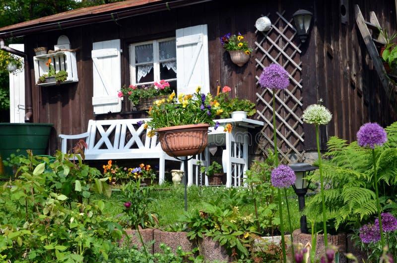 Het Plattelandshuisje van de tuin in de zomer stock afbeeldingen