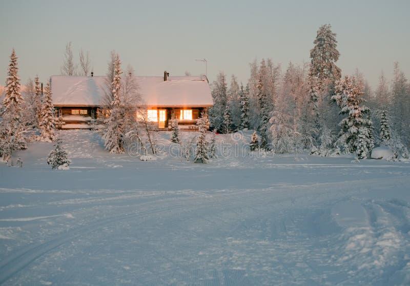 Het plattelandshuisje van de winter stock afbeelding