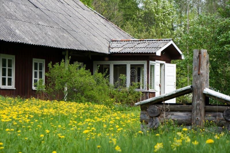 Het plattelandshuisje van de zomer stock fotografie