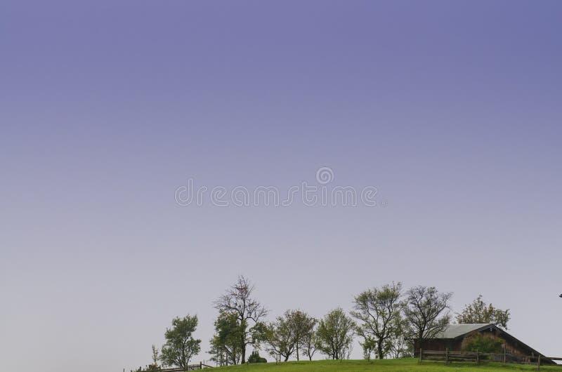 Het plattelandshuisje van het hout met fruitbomen royalty-vrije stock fotografie
