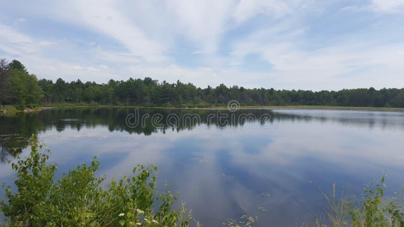 Het plattelandshuisjeleven bij het meer royalty-vrije stock afbeelding