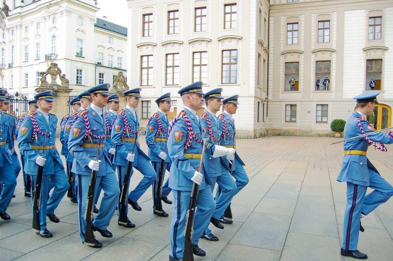 Het plechtige veranderen van de Wachten bij het Kasteel van Praag stock afbeeldingen