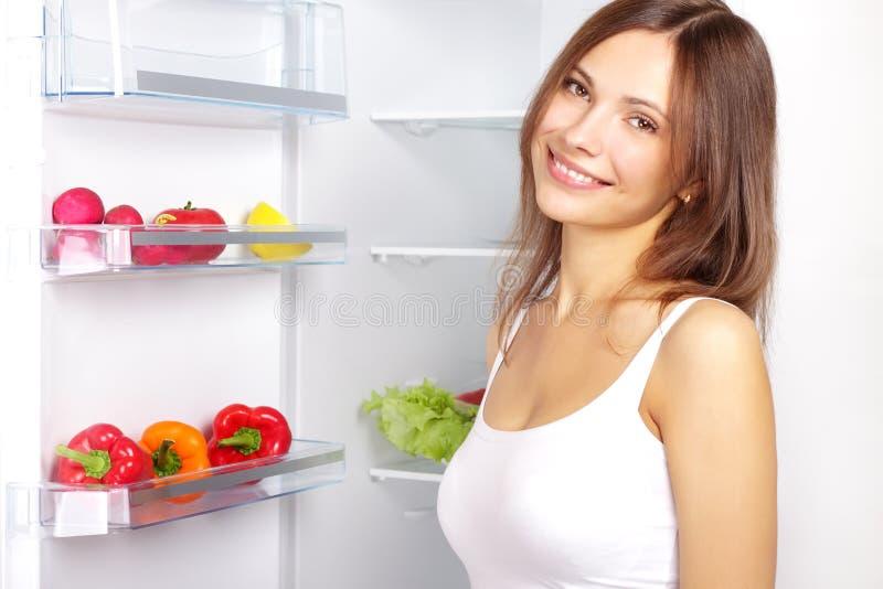 Het plukken voedsel van koelkast stock afbeelding