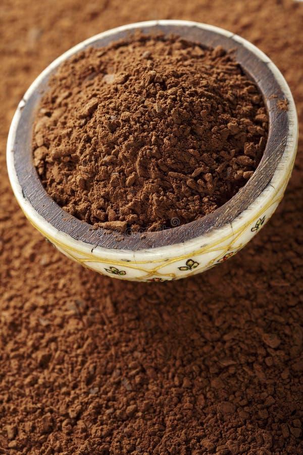 Het poeder van de cacao met reepjes van chocolade stock foto's