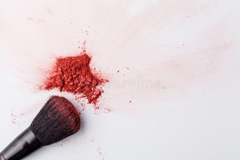 Het poeder van make-upborstels op wit stock afbeelding