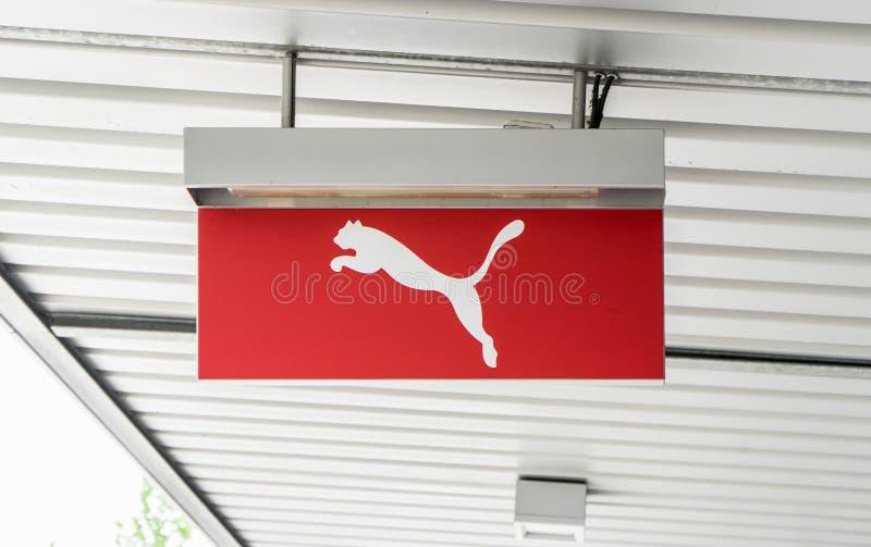 Het Poemaembleem op het plafond voor een opslag in een afzet in Wolfsburg, Duitsland, 15 Juni, 2018 stock foto