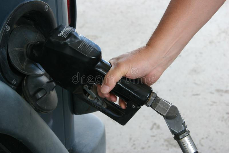 Mensen Pompend Gas stock foto's