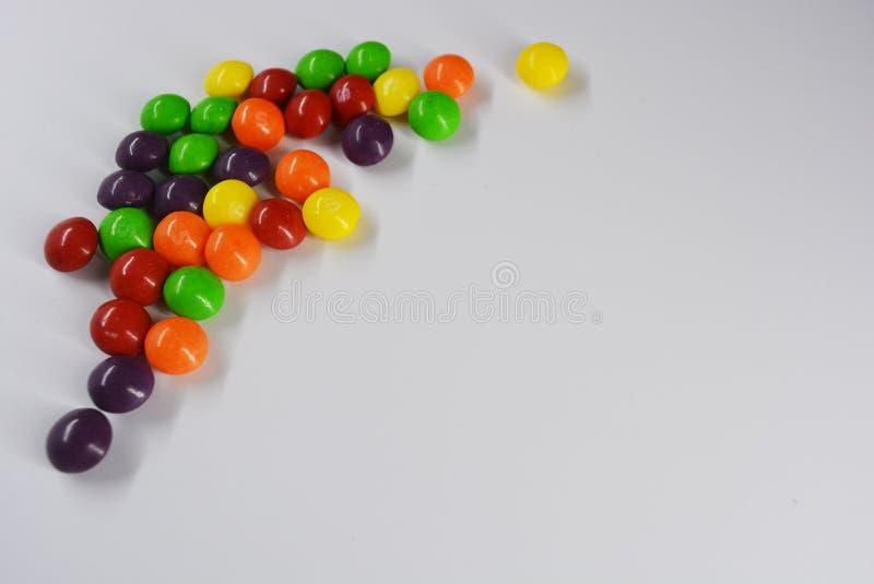 Het populaire heerlijke kleurrijke snoepje is op witte achtergrond royalty-vrije stock foto