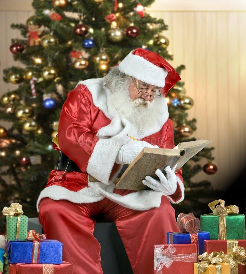 Het Portret dat van de Kerstman zijn lijst controleert stock foto