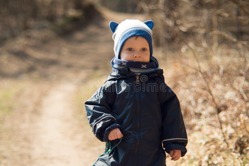 het portret dat van het jongenskind in openlucht warme kleren draagt royalty-vrije stock afbeeldingen