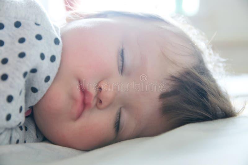 Het portret dichte omhooggaand van de babyslaap, gezondheidszorg Leuke meisjeslaap royalty-vrije stock afbeelding