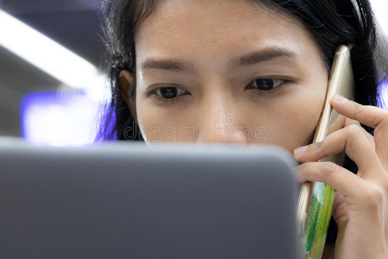 Het portret die van jonge vrouw met telefoon roepen stock afbeeldingen