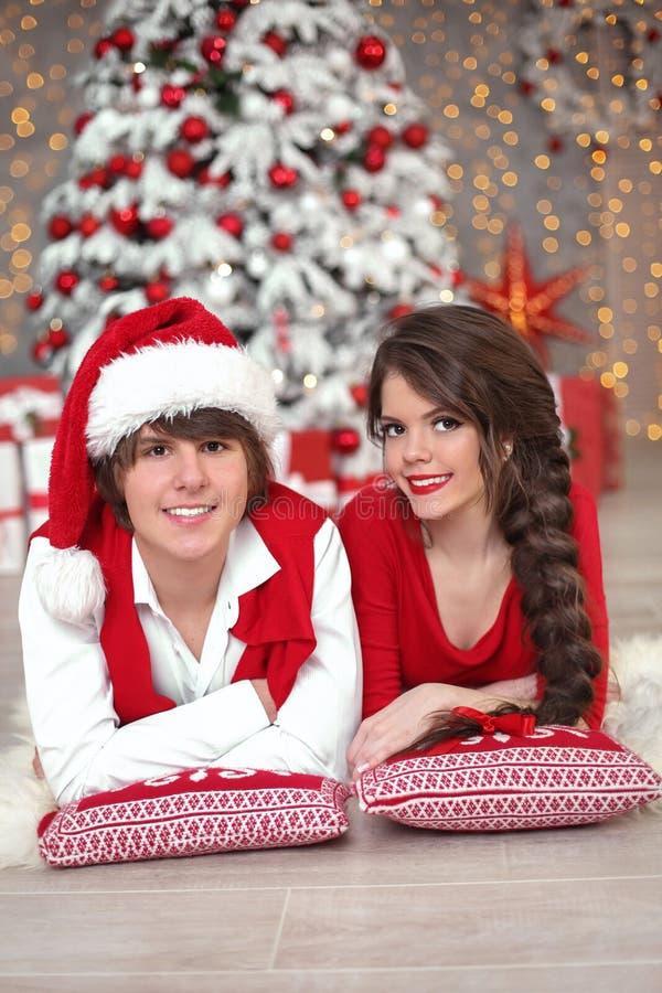 Het portret die van het Kerstmispaar pret hebben die Nieuw jaar vieren bij hom stock foto