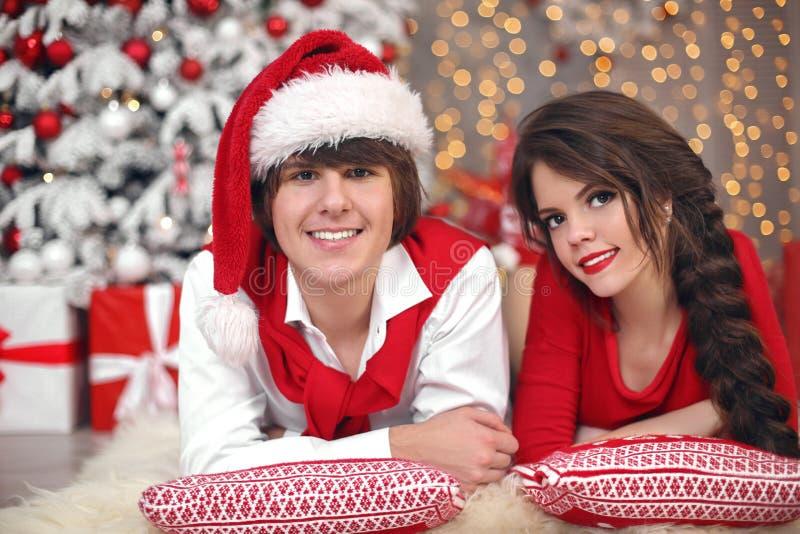 Het portret die van het Kerstmispaar pret hebben die Nieuw jaar vieren bij hom royalty-vrije stock foto's