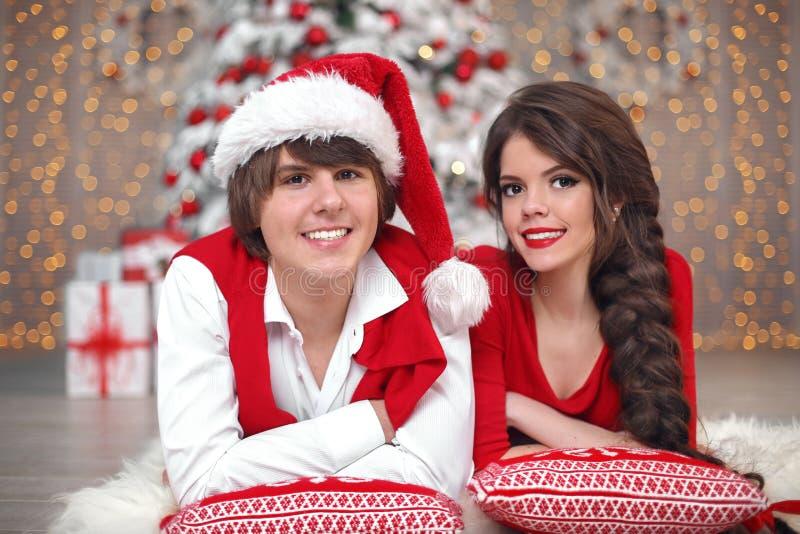 Het portret die van het Kerstmispaar pret hebben die Nieuw jaar vieren bij hom stock afbeelding