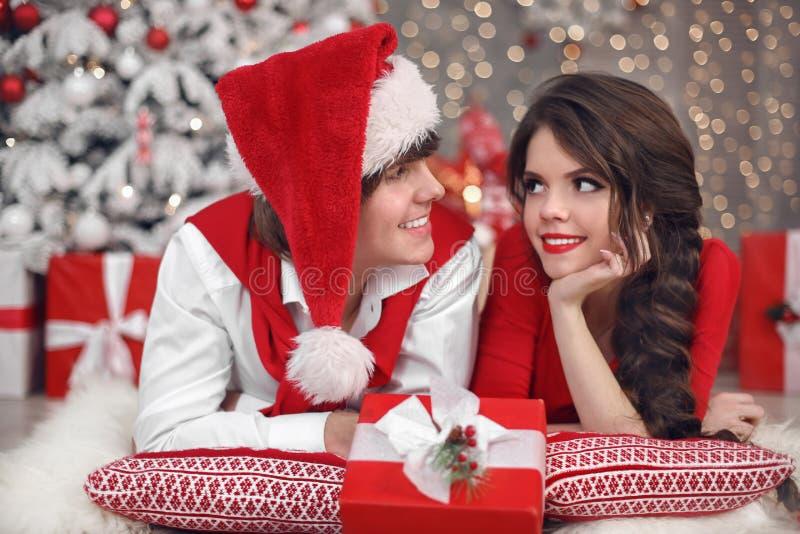Het portret die van het Kerstmispaar pret hebben die Nieuw jaar vieren bij hom stock afbeeldingen