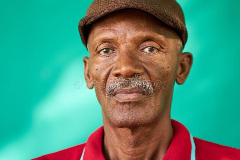 Het Portret Droevige Oude Zwarte Mens van oudstenmensen met Hoed stock foto's