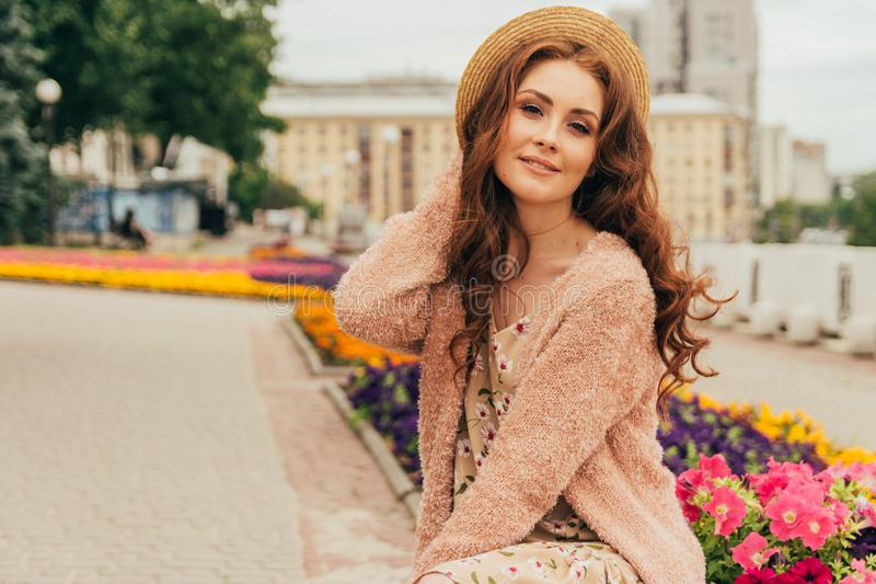 Het portret een mooi meisje in een hoed, houdt het haar van de wind Gang rond de stad Portret van een roodharig meisje royalty-vrije stock foto