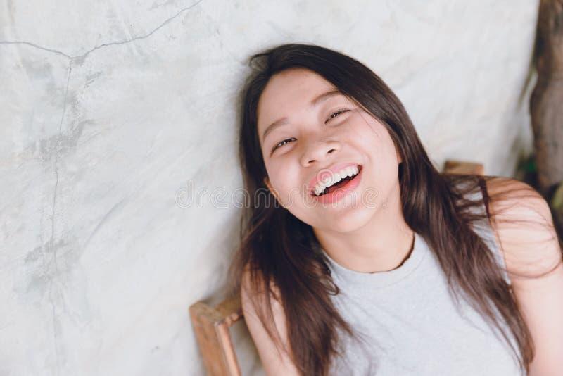 Het portret gelukkige grappige tijden van lach Aziatische Thaise vrouwen stock fotografie