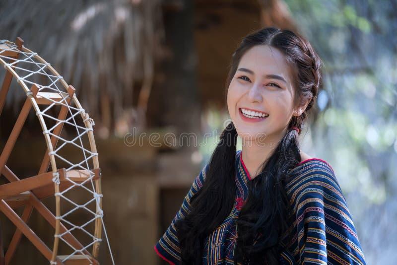 Het portret jonge Karen wonen geglimlacht in bos lokaal Thailand royalty-vrije stock afbeelding