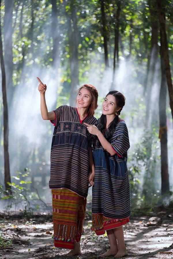 Het portret jonge Karen wonen geglimlacht in bos lokaal Thailand royalty-vrije stock afbeeldingen