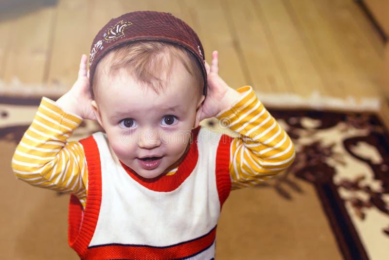 Het portret van aanbiddelijk weinig jongen draagt een Tatar nationale skullcap glimlachend bij de camera Traditie en gastvrijheid stock afbeeldingen