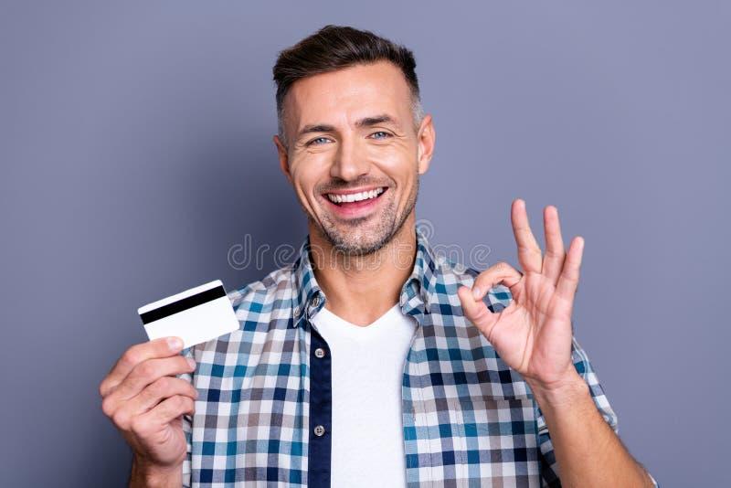 Het portret van aardige opgewekte kerel heeft promo hij adverteren van hem kiest de keus beslist het besluit slijtage geruit over stock afbeelding