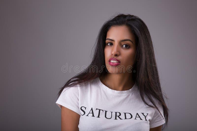 Het portret van Arabische of Indische vrouw kleedde zich t-plotseling in wit met een inschrijvingszaterdag royalty-vrije stock foto