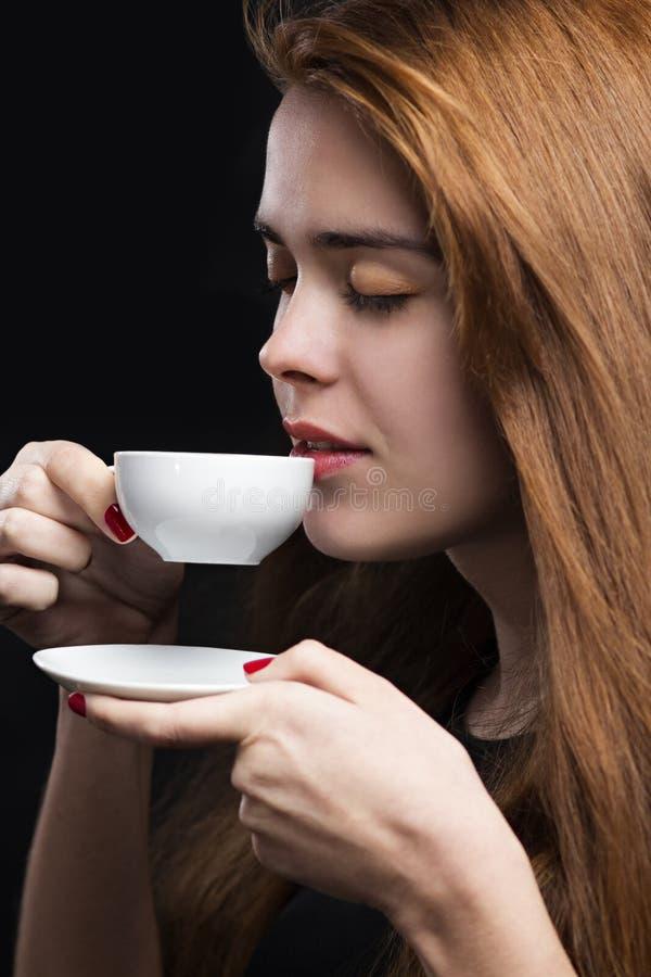 Het portret van awoman begint met een kop van hete koffie stock fotografie