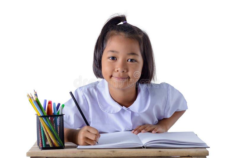 Het portret van Aziatisch meisje in eenvormige school trekt met geïsoleerde kleurenpotloden op witte achtergrond stock afbeelding