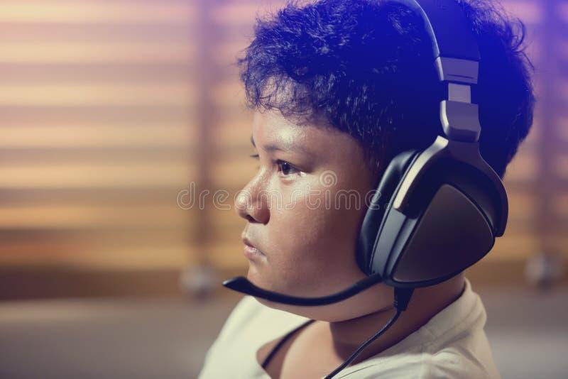 Het portret van Aziatische jongen gamer draagt hoofdtelefoons royalty-vrije stock foto's