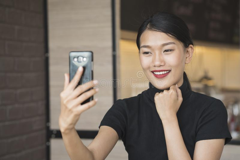 Het portret van Aziatische vrouw neemt selfie gebruikend slimme telefooncamera royalty-vrije stock fotografie