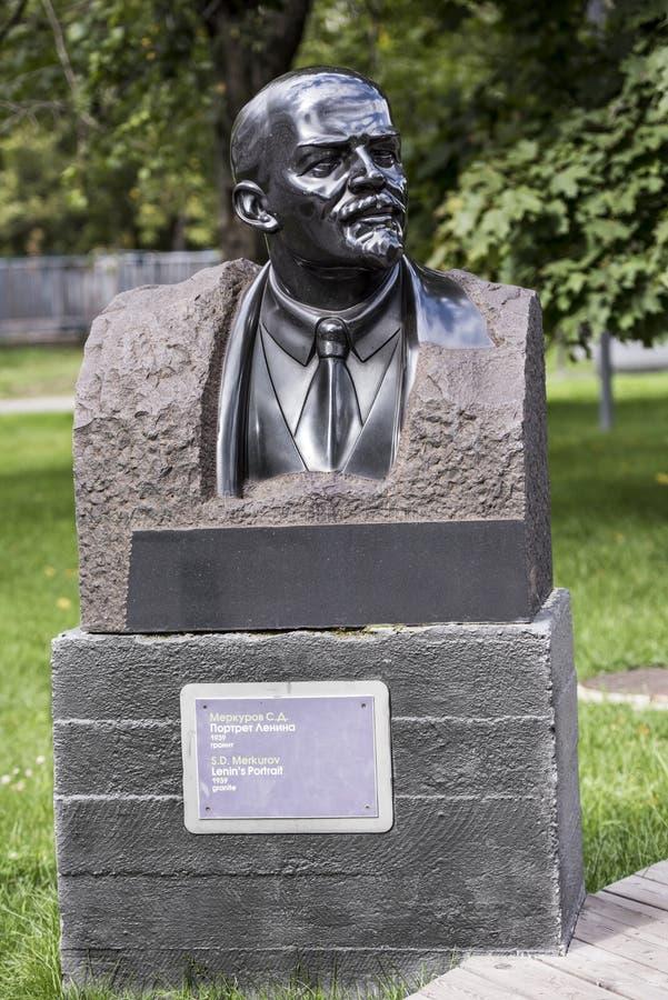 Het Portret van beeldhouwwerklenin in het park Muzeon, graniet Sculptor S Merkurov stock foto's