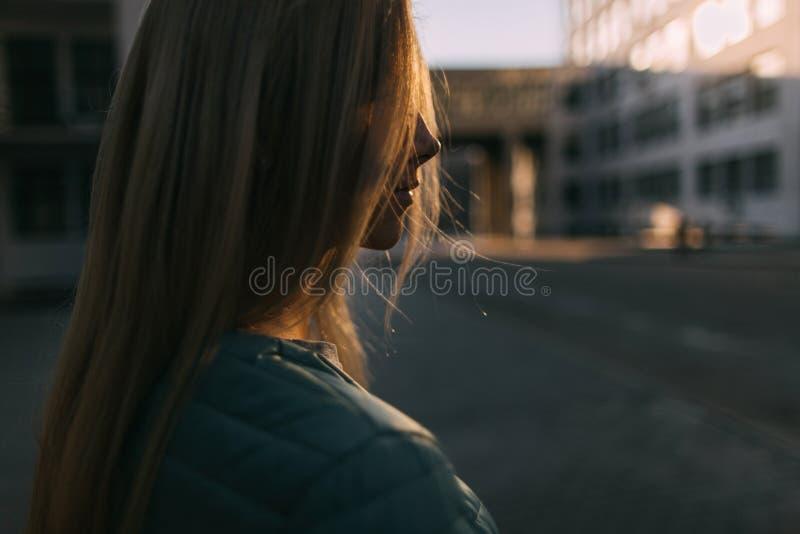 Het portret van het blondemeisje op donkere straatclose-up royalty-vrije stock afbeelding