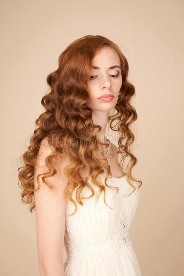 Het portret van bruid met krullend kapsel en de mooie make-up zien eruit stock fotografie