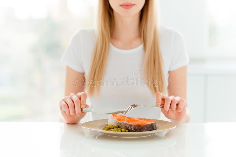 Het portret van het charmeren van leuke aantrekkelijke dame heeft het hoogtepunt van de dinerlunch van de eiwit hongerige smaak v stock foto's