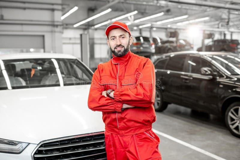 Het portret van de autowerktuigkundige bij de autodienst stock afbeeldingen