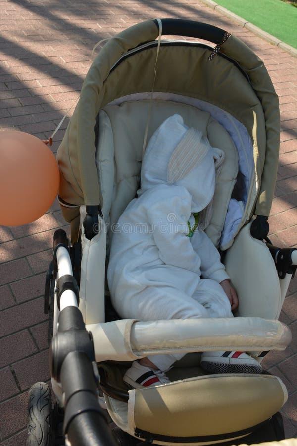 Het portret van de babyjongen 1 éénjarige slaapt stock afbeelding