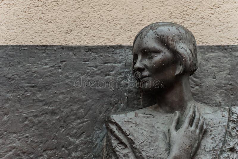 Het portret van de brons bas-hulp van dichter Olga Berggoltz royalty-vrije stock foto's