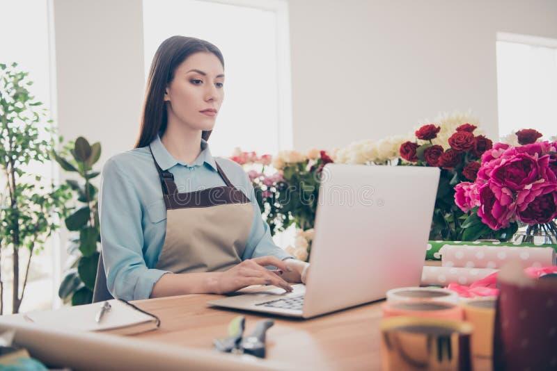 Het portret van de charmante ernstige van de kleine moderne technologie van de bedrijfs damejeugd representatieve gebruiksgebruik royalty-vrije stock foto's