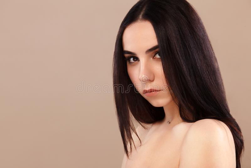 Het Portret van de close-up van een mooie vrouw Mooi gezicht van het jonge volwassen meisje Het stellen van de mannequin bij stud stock afbeelding