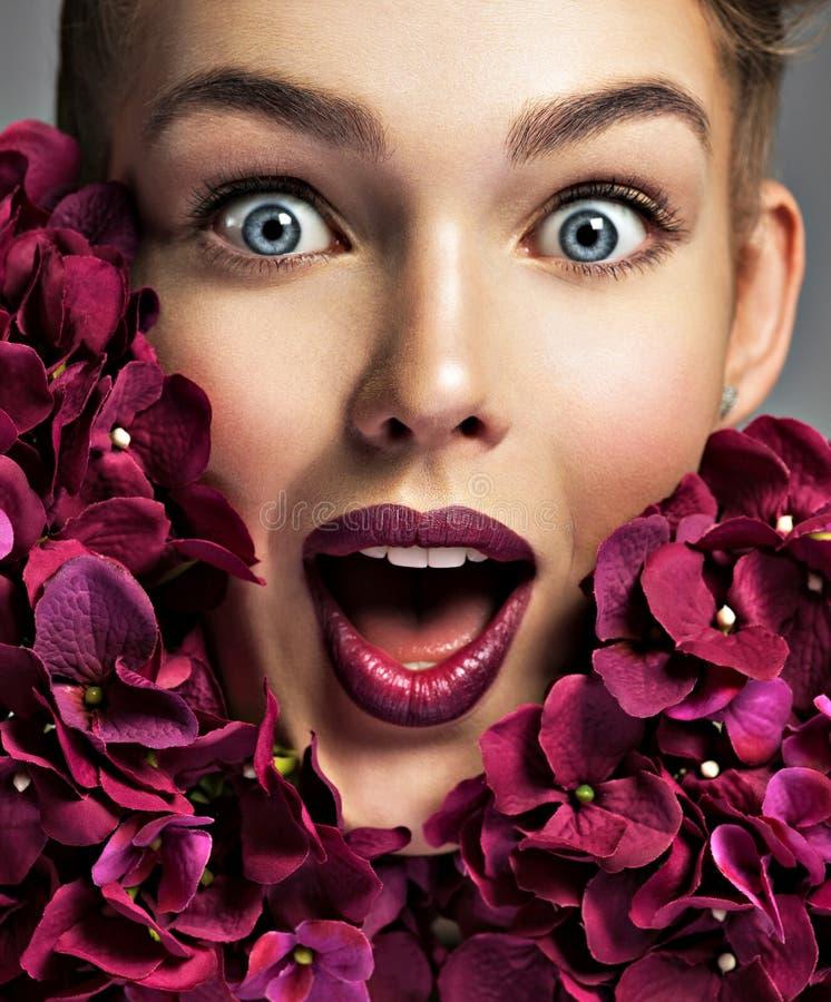 Het portret van de close-up van een verraste jonge vrouw stock afbeeldingen