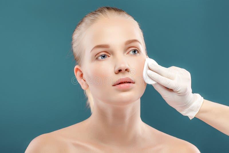 Het portret van de close-up van jonge mooie vrouw met perfecte huid app stock foto