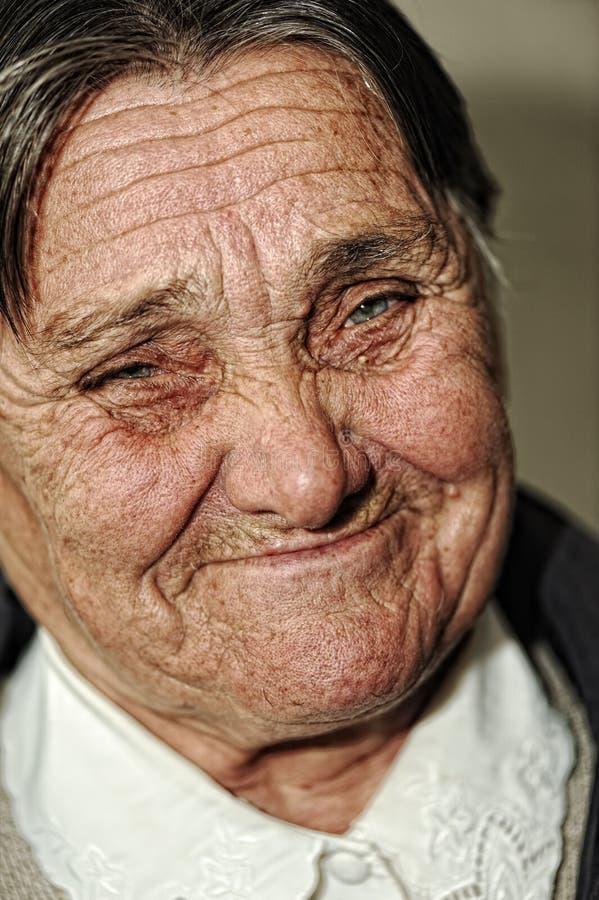 Het portret van de close-up van bejaarde gelukkige vrouw royalty-vrije stock afbeelding