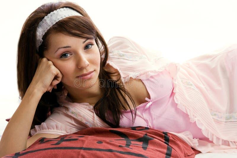 Het portret van de close-up van een gelukkige jonge dame die op Th ligt stock fotografie
