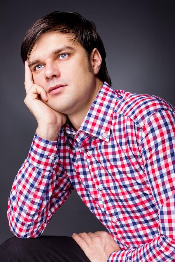 Het portret van de close-up van een jonge mens die over een probleem denken royalty-vrije stock afbeeldingen