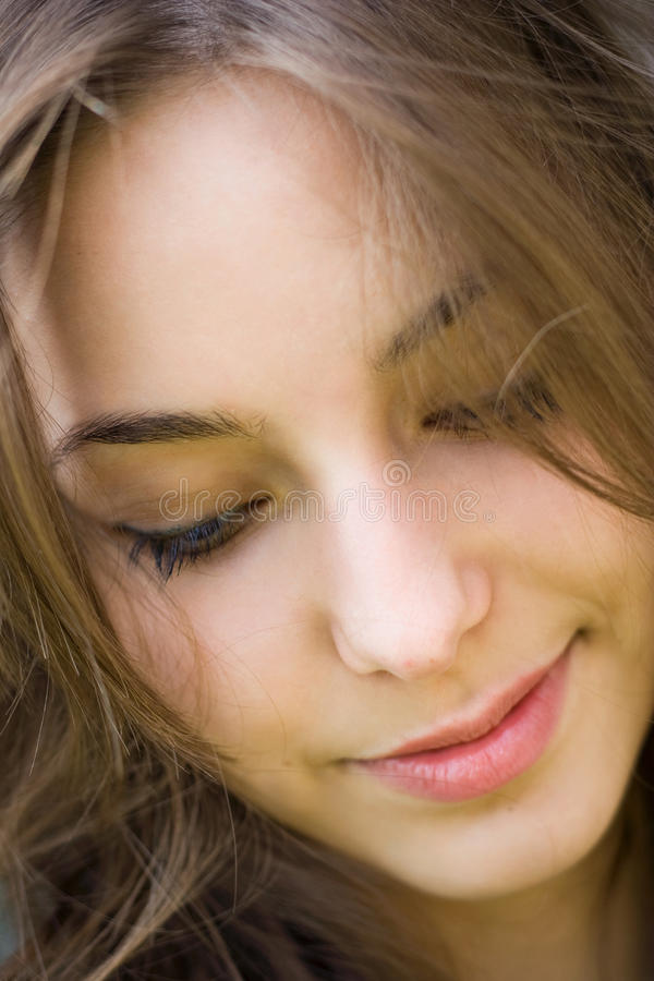 Het portret van de close-up van een mooie jonge brunette. royalty-vrije stock foto