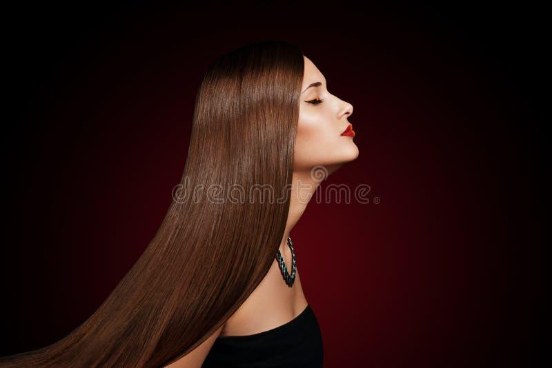 Het portret van de close-up van een mooie jonge vrouw met elegant lang glanzend haar royalty-vrije stock fotografie
