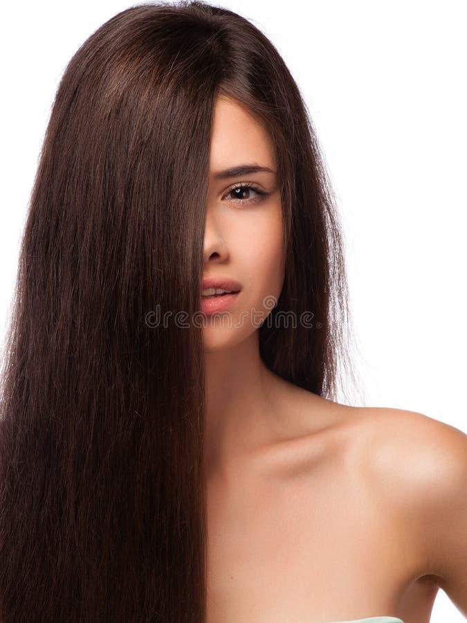 Het portret van de close-up van een mooie jonge vrouw met elegant lang glanzend haar stock afbeelding